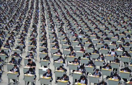 陕西宜川中学1700学生操场露天考试