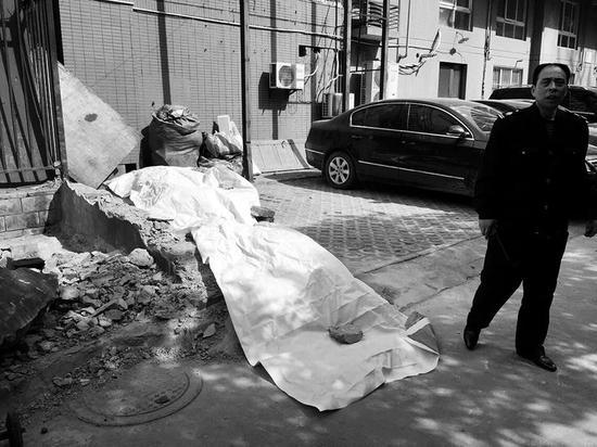 拆除围墙两工人被砸现场    本报记者葛兰摄