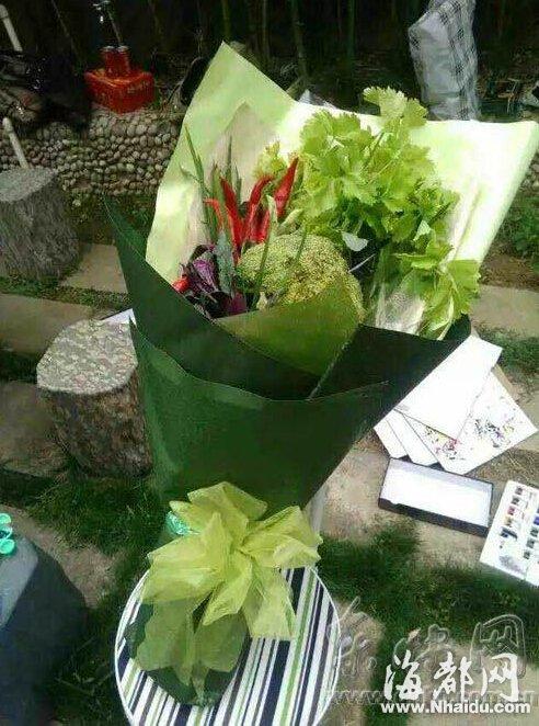 diy蔬菜花束_福州一小哥卖蔬菜花 母亲节两天收入超5000元_新浪福建_新浪网