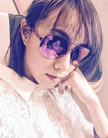 邓丽欣在微博上载托头无奈照片,原来她出发到韩国拍旅游特辑。