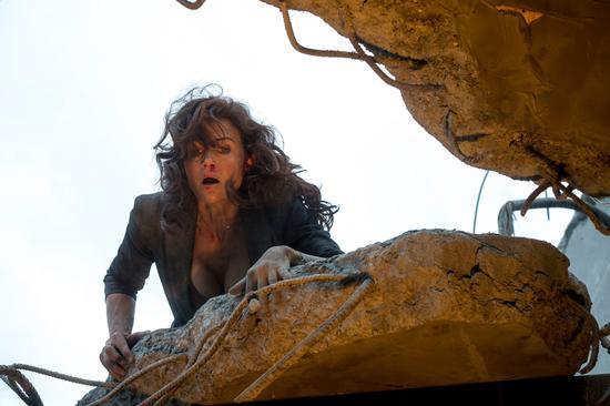 卡拉·古奇诺倒在废墟上,神情惊慌失措