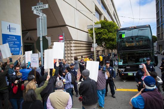 美出租车司机在市长车前抗议:要求监管Uber