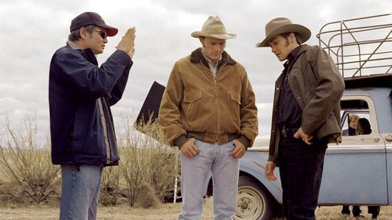 李安与两位男主在《断背山》片场
