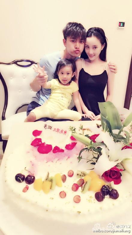 贾乃亮、李小璐和女儿甜馨幸福合影
