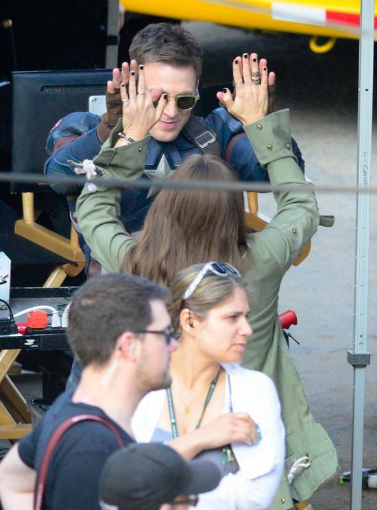 两人在《美国队长3:内战》片场击掌,有爱!