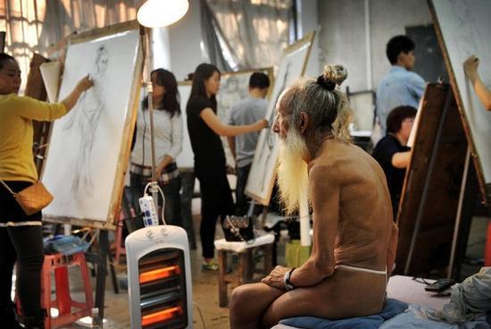 萌男裸体艺术_男裸体模特:沉默着的艺术家们