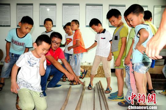 孩子们在南京交通职业技术学院志愿者的带领下参观开华文化大院的藏品 刘林 摄