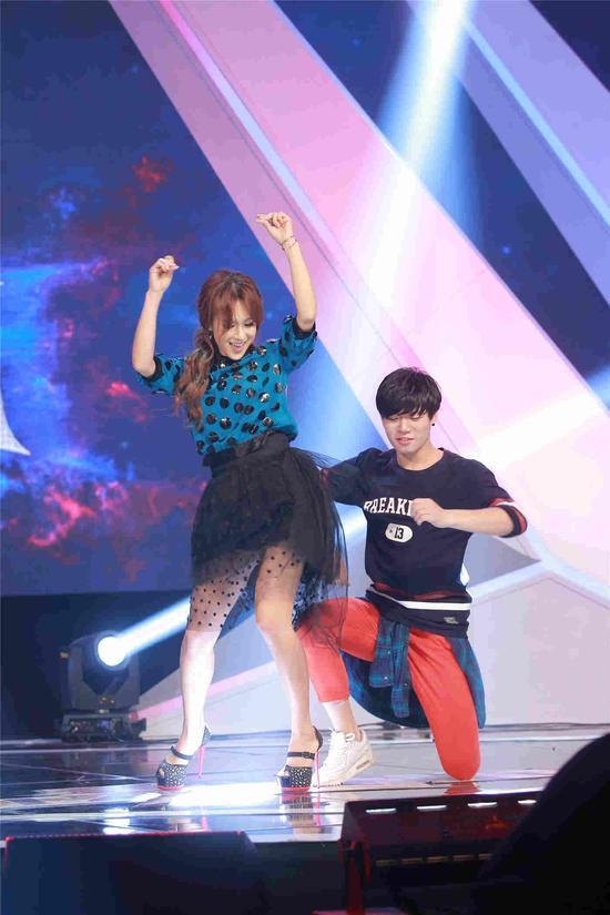 蔡妍與學員熱舞