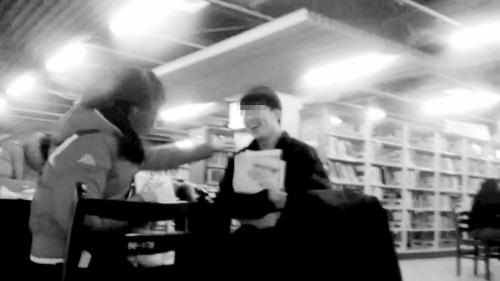 男女打闹视频_男女在图书馆谈情说爱_新浪上海_新浪网