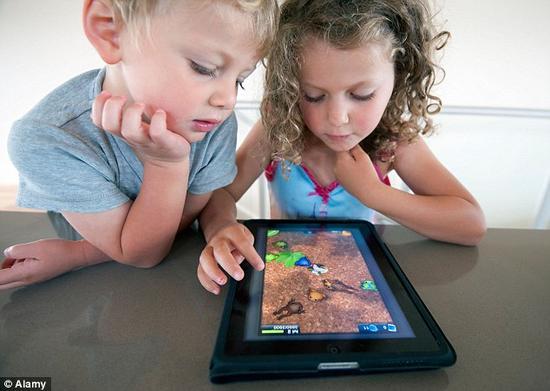專家警告,一次用30多分鐘玩平板電腦的孩子在以后生活中可能患上慢性頸部和背部疼痛。