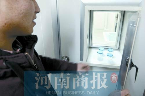 韓先生將取精杯放置在傳遞窗口(資料圖)
