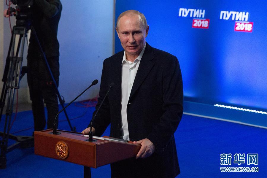 另类跨年?俄罗斯两男子高楼跳伞 或面临重罚