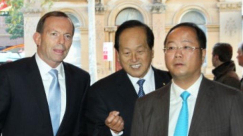 黄向墨(右)和澳大利亚前总理阿伯特合影 图自《悉尼先驱晨报》