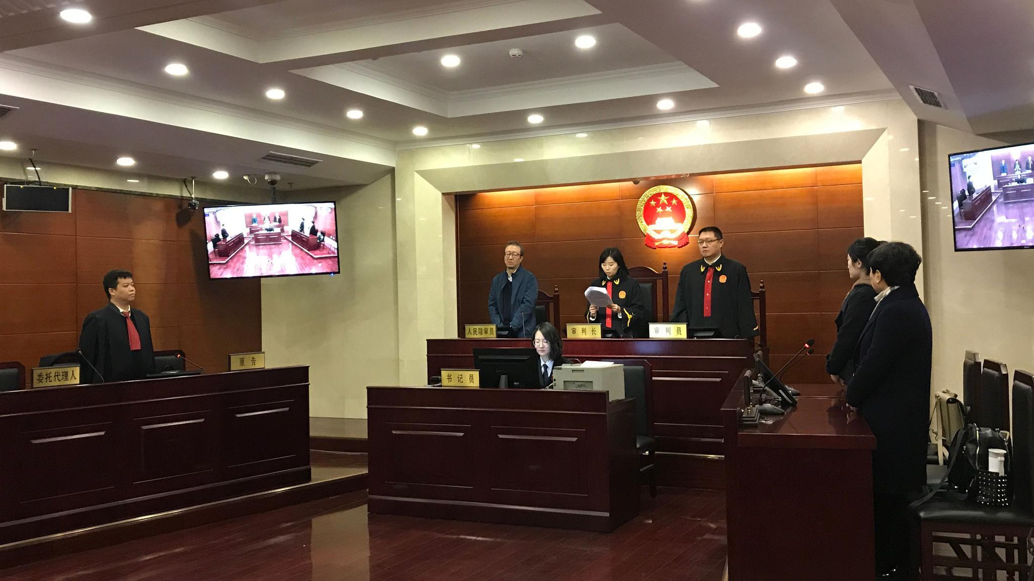 20日上午,朝阳法院宣判,链家及宋先生赔偿赵先生经济损失10万元并公开赔礼道歉。新京报记者刘洋摄