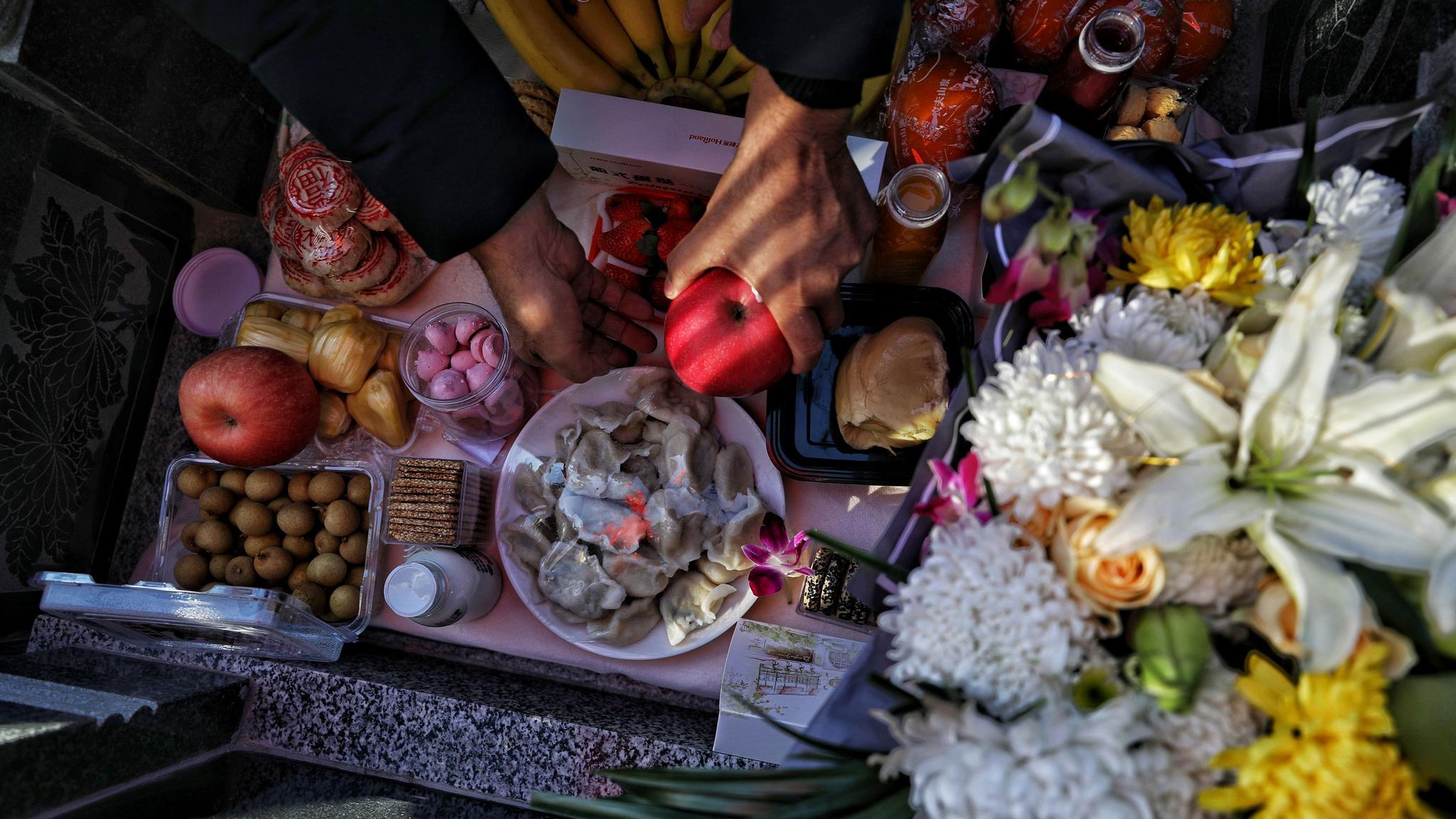 张洁父母为其准备的祭品都是张洁一般喜欢吃的食品。摄/新京报记者 王飞