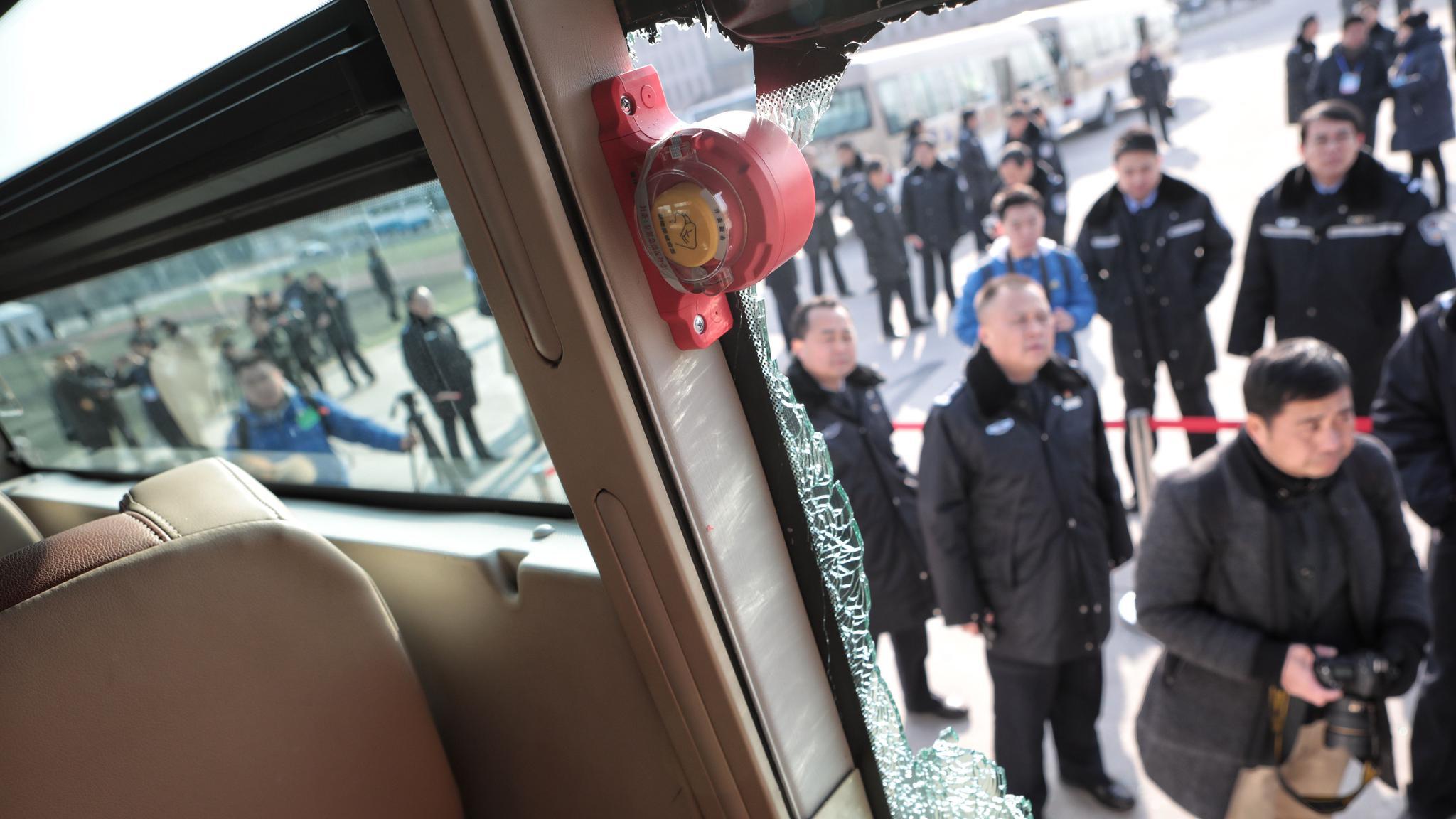 图为公交车安全防范演练。新京报记者 王嘉宁 摄
