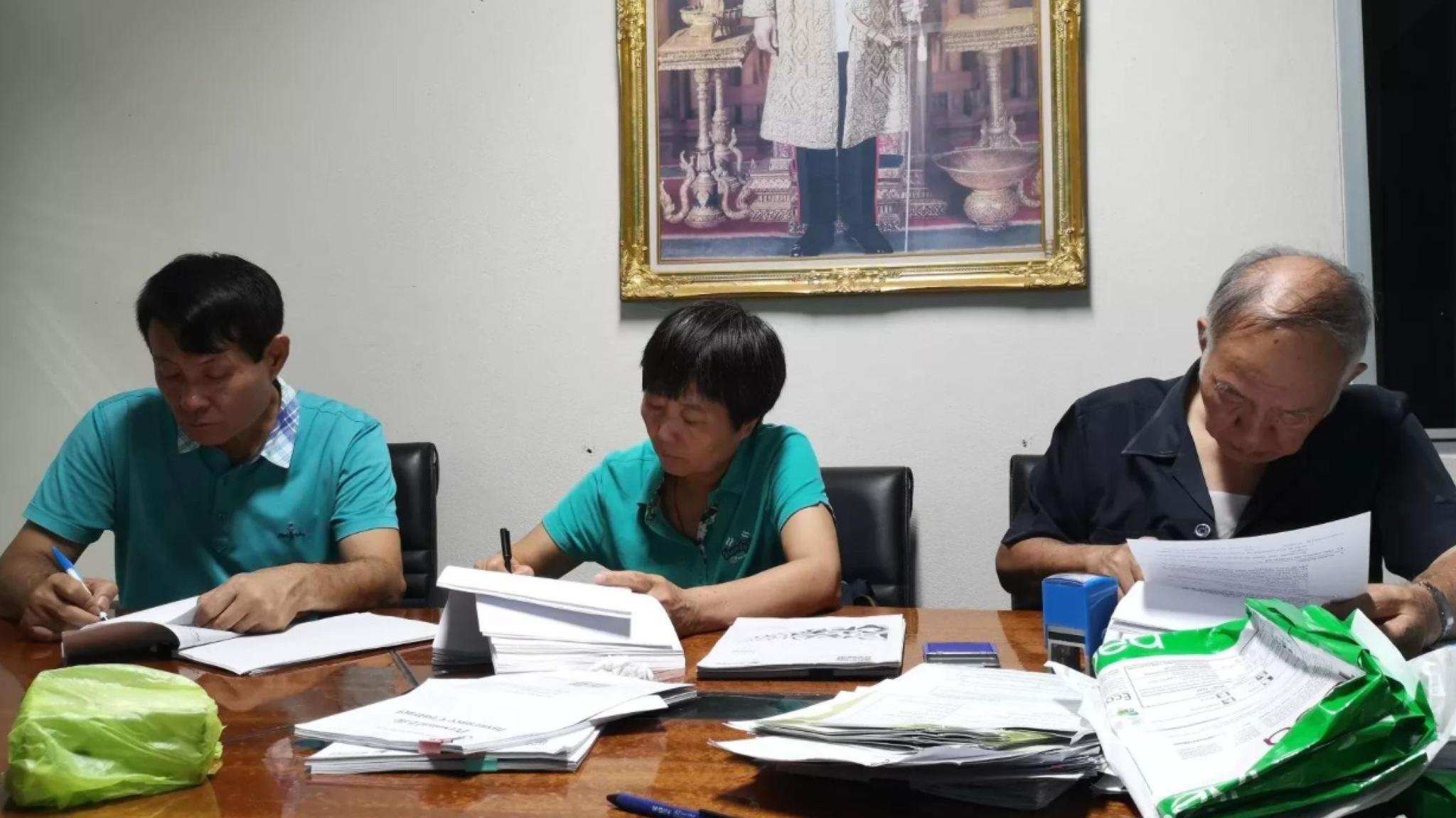 张英(化名)父母与代理律师方文川。 受访者供图