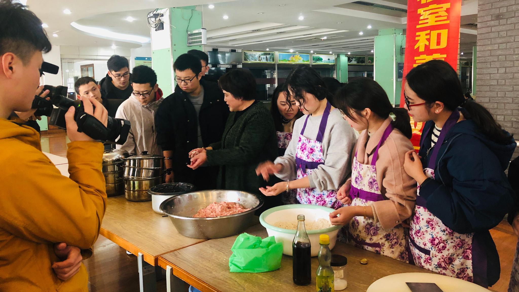 汤杏芬在学校食堂上美食课,教学生做菜。受访者供图