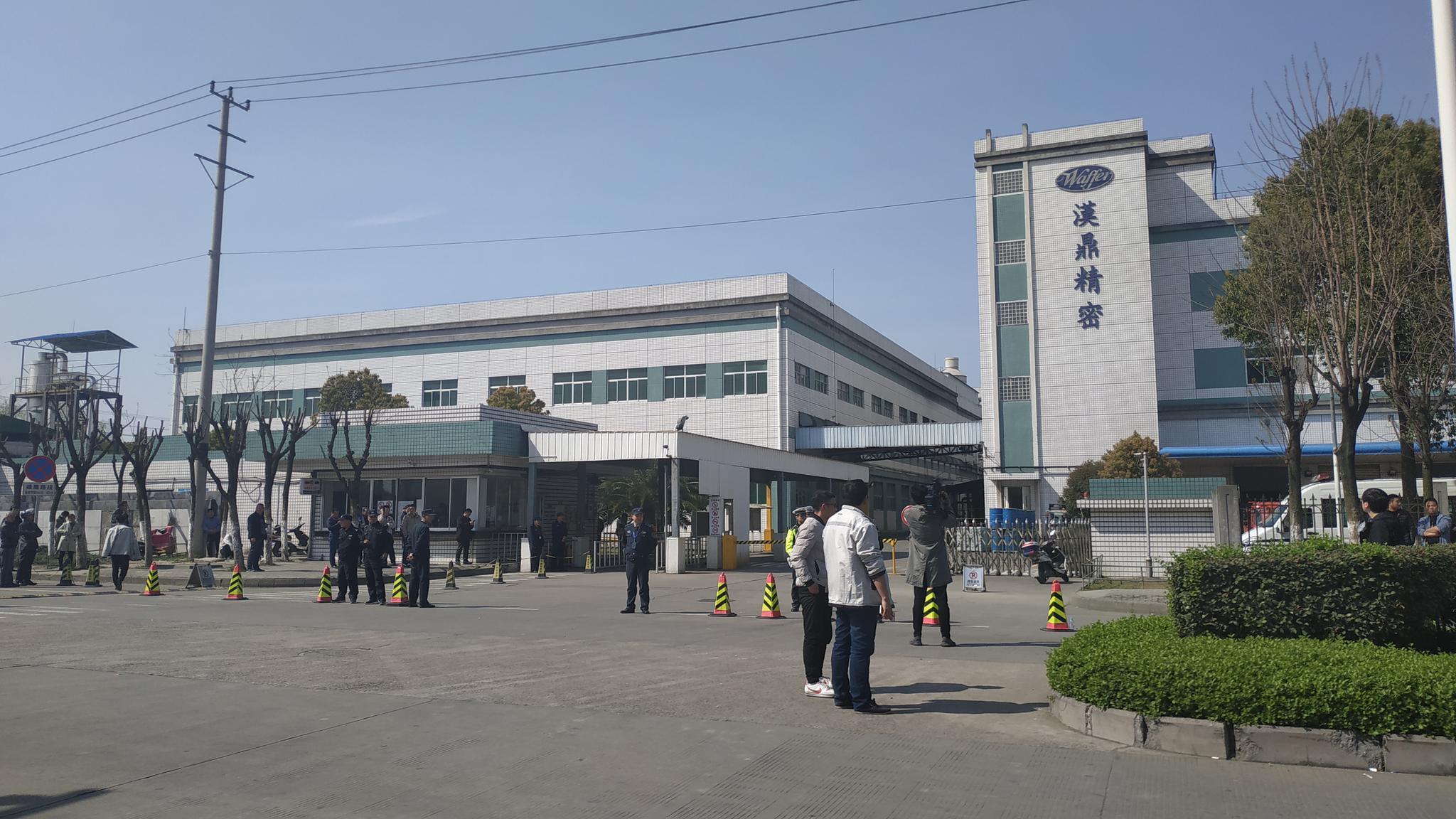 燃爆发生后,公司所在地外部人群集聚。新京报记者 刘名洋 摄