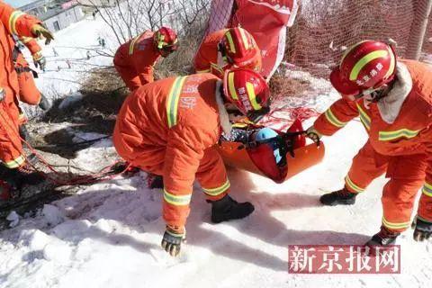 ▲消防演练模拟运送伤员。 图/新京报网