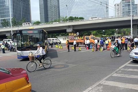 京广桥附近道路塌陷 多条途径公交受影响