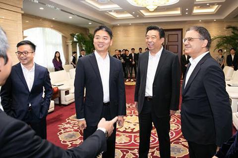 刘强东现身京东集团总部  新京报财讯