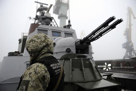 """当地时间2018年11月27日,乌克兰马里乌波尔,一艘名为""""Dondass""""的军舰在港口停泊。(视觉中国)"""