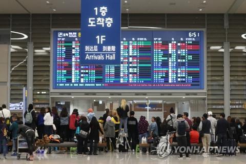 韩国仁川机场着急期待偶像的粉丝大军(韩联社)