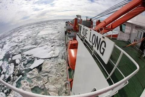 """资料图片:""""雪龙""""号首次进入北极浮冰区。(新华社)"""