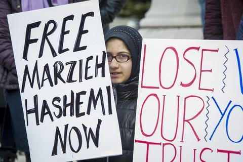 当地时间23日,哈希米的支持者在美国联邦法院外示威,要求释放哈希米。(图源:美联社)