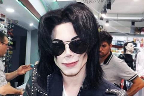 外国男子整形整成迈克尔-杰克逊 亲妈认不出