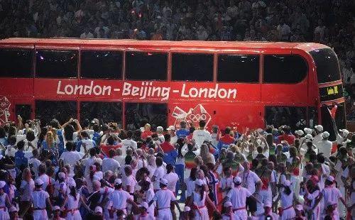 """▲资料图片:2008年8月24日晚,北京奥运会闭幕式在北京国家体育场——""""鸟巢""""隆重举行。这是闭幕式上""""伦敦8分钟""""表演。 新华社记者 武巍 摄"""