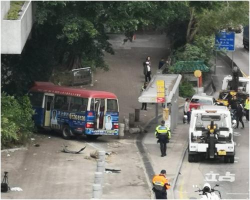 红色小巴失控冲到巴士站。图片来源:香港《星岛日报》/梁国峰 摄