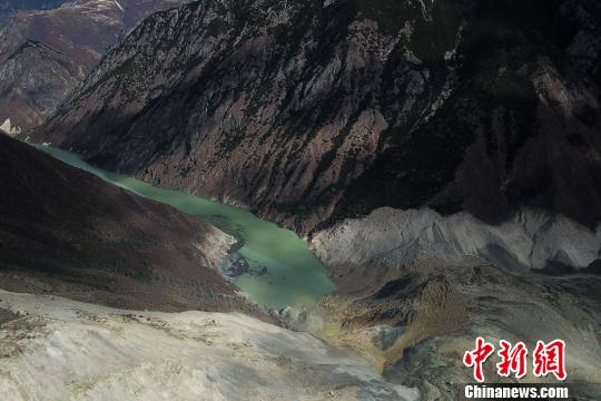 """11月3日,西藏昌都市江达县波罗乡白格村再次发生滑坡,此次滑坡点与原""""10·11""""山体滑坡点位置相同,滑坡后金沙江干流被阻断,导致上游水位持续上涨,形成堰塞湖。 平措 摄"""