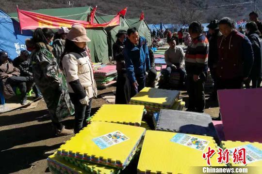 图为西藏自治区民政部门向受灾民众发放防潮垫。昌都市政府应急办 供图