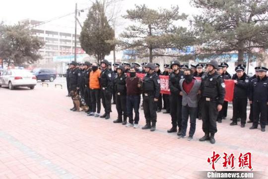 图为造孽疑心人被押解回杭锦旗。警方供图