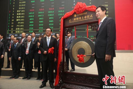 中国证监会期货监管部主任罗红生(左)、大连市副市长靳国卫(右)共同为乙二醇期货上市鸣锣。 杨毅 摄