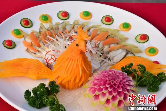 现场鱼肴菜品展现 马芙蓉 摄