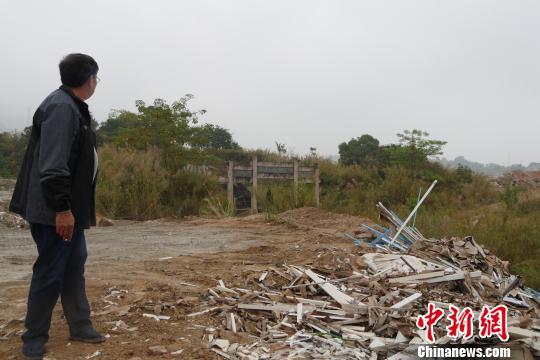翁氏后人看着堆放在祖墓的建筑废料无可奈何。 陈启任 摄