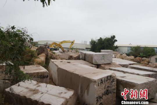 翁梅斋墓墓道通往墓丘处,堆放着当地石材企业的石料、作业车辆。 陈启任 摄