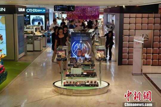 资料图:近期香港尖沙咀一家零售商店客流稀少。中新社记者 张炜 摄