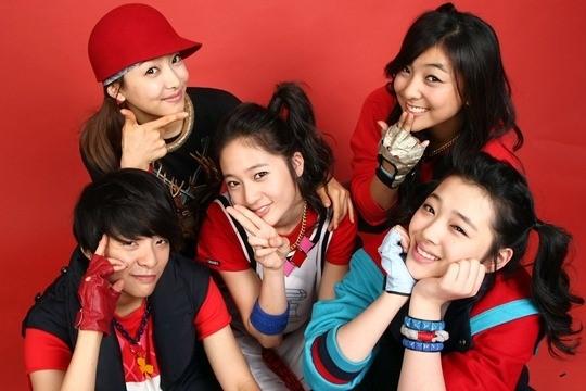 雪莉与演唱组合f(x)成员在一起(韩国star news)