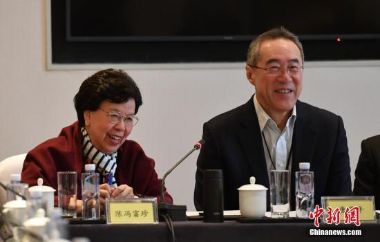 3月4日,参加全国政协十三届二次会议的港区政协委员在北京举行小组会议,审议常委会工作报告和提案工作情况报告。图为全国政协常委唐英年(右)与 陈冯富珍参加会议。中新社记者 于海洋 摄