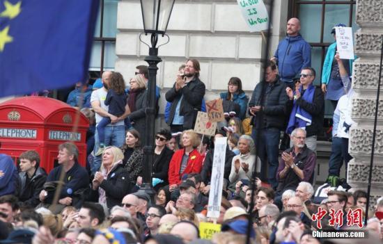 """3月23日,在欧盟同意英国延迟脱欧、英国脱欧前景仍面临""""灾难的不确定性""""困境之际,伦敦市中心举行了大规模呼吁举行""""第二次脱欧公投""""的示威游行。中新社记者 张平 摄"""