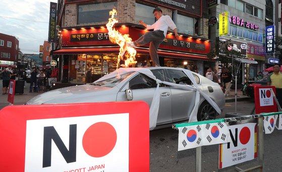 韩国民众在日系车上焚烧谴责日本限贸的声明(news 1)