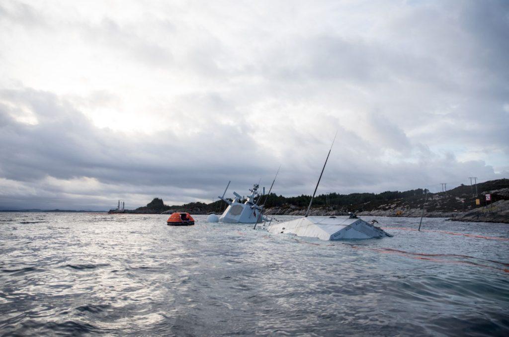 """逐渐下沉的""""英斯塔""""号 图源:挪威海军"""