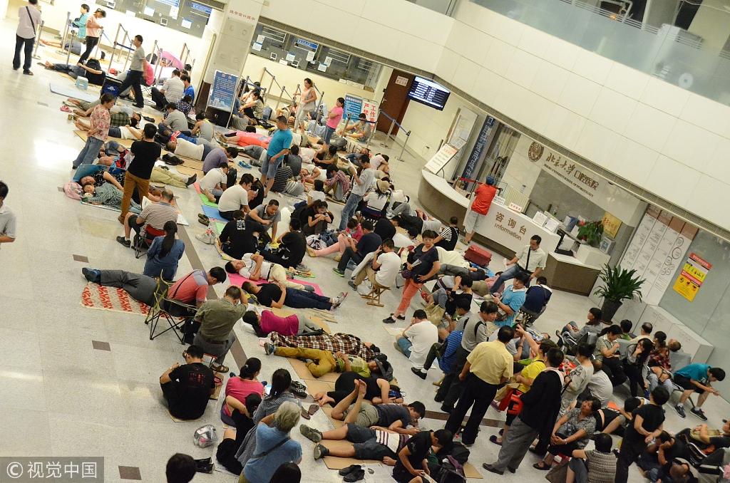 ▲原料图,北京某医院大厅期待挂号的人。图/视觉中国