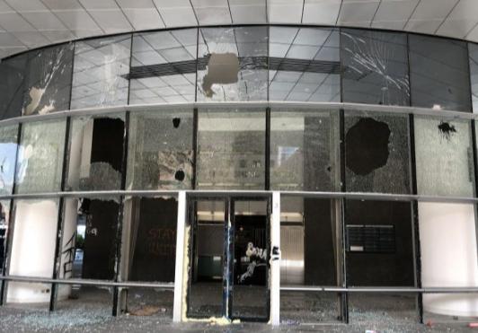 被破坏的香港理大校园(来源:点新闻)