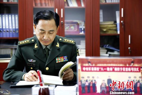 """2018年12月18日,在中国庆祝改革开放40周年大会上,韦昌进被授予""""改革先锋""""称号,并获评保卫改革开放和平环境的战斗英雄。图为韦昌进。 沙见龙 摄"""