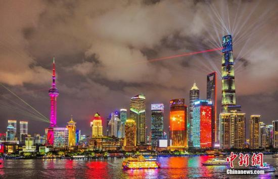资料图:上海外滩灯光秀流光溢彩。 黄伟国 摄